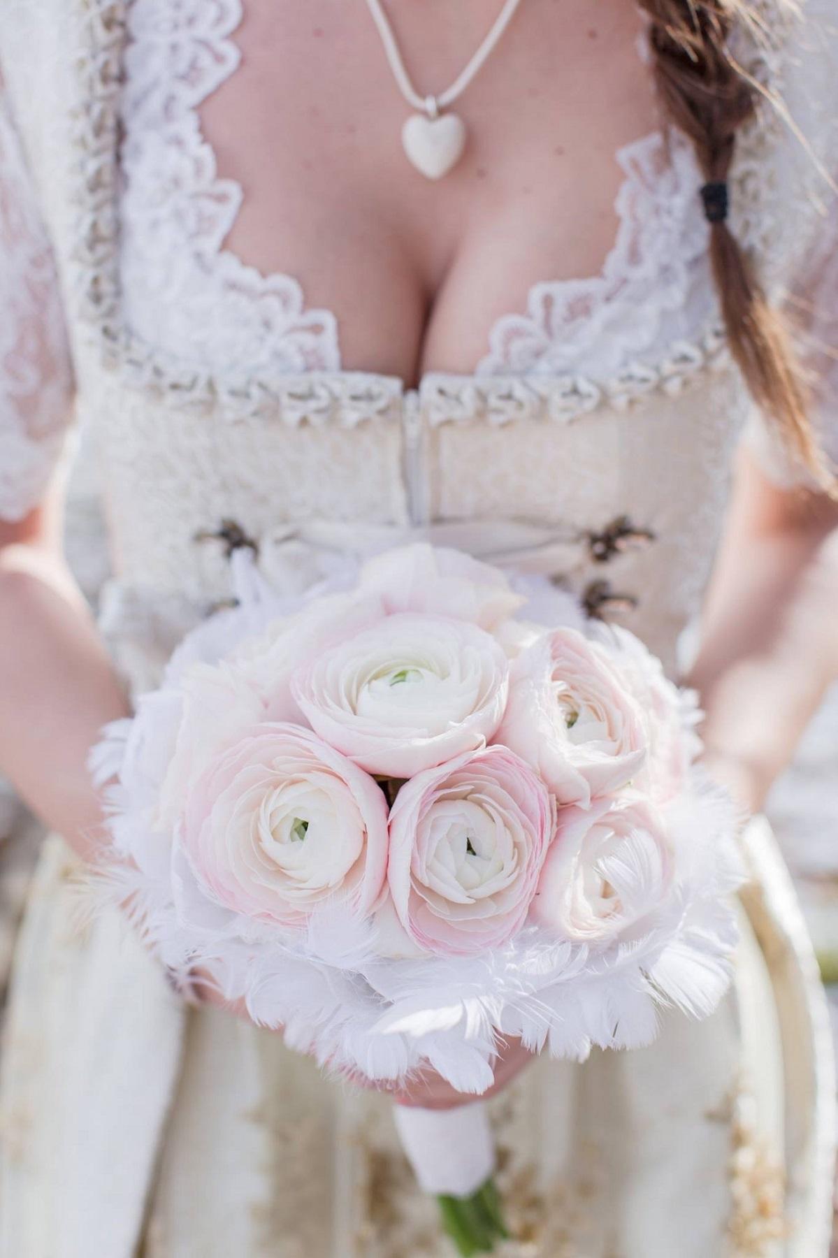 Ranunkel Brautstrauß im Federkleid